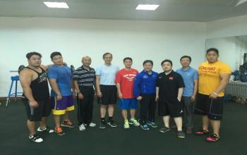 王永泰、谷忠德教师指导我校橄榄球队体能训练