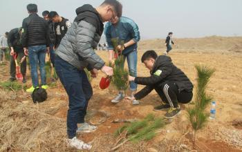 我院同学参加东港区青少年义务植树活动