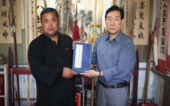 八极拳传承人张玉光先生向山东体育学院齐鲁体育文化遗产博物馆捐赠八极春秋大刀