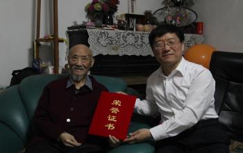 """""""百岁老人""""张启昌先生向学校捐赠一批珍贵校史资料"""