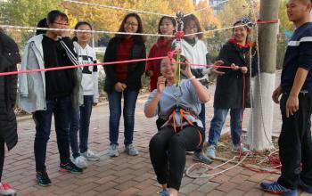 16人体模拟山地绳索横渡活动顺利进行