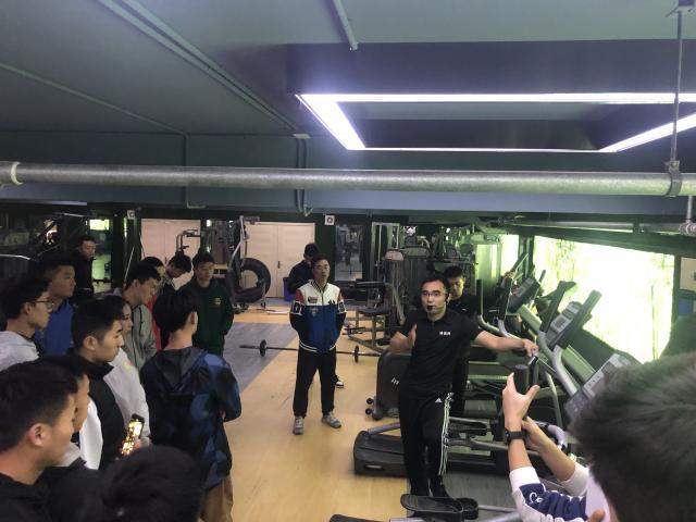 王正伟老师在进行有氧运动讲解
